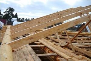Установка элементов крыши дома из бруса